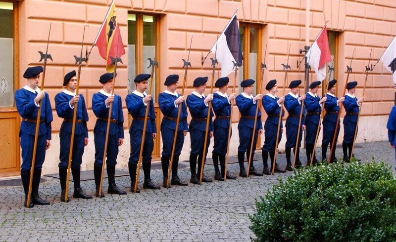 [Obrazek: Pontificial-Swiss-Guards-Blue-Uniform-Training.jpg]