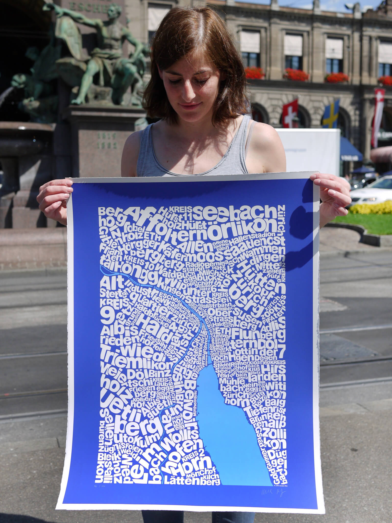 Ursula Hitz holding illustration map of Zurich